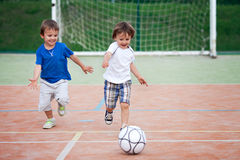Kleiner Junge zwei, Fußball spielend Stockfotos