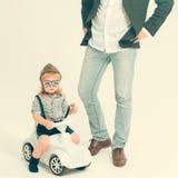 Kleiner Jungenfahrer oder Pilot und Vater Stockfoto