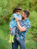 kleiner Jungenkinderhilfsvater bei der Landwirtschaft Vater und Sohn im Cowboyhut auf Ranch Kind in den Gummistiefeln glücklicher stockfoto