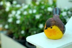 Kleiner keramischer gelber Vogel im Garten Lizenzfreie Stockfotografie