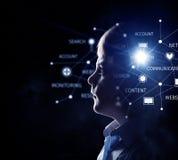 Kleiner Kerl, der in der Dunkelheit schaut Lizenzfreie Stockfotografie