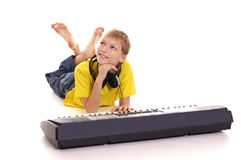kleiner Kerl am Klavier Stockfoto