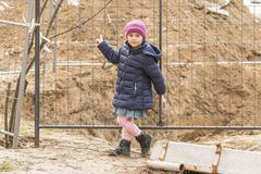 Kleiner Kinderpunkt an der Grube lizenzfreie stockfotografie