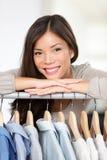 Kleiner Kleidungs-Ladenbesitzer stockbild