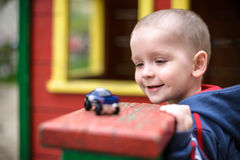 Kleiner Kleinkindjunge, der mit Autospielzeug spielt Selektiver Fokus auf Gesicht von und Lächeln, Spaß habend Leasure-Abendspiel Stockbild
