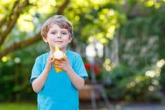 Kleiner Kleinkindjunge, der Spaß mit Spritzwasser im Sommer hat Stockfoto