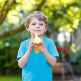 Kleiner Kleinkindjunge, der Spaß mit Spritzwasser im Sommerkaimanfisch hat Lizenzfreie Stockfotografie