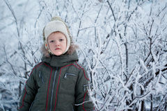 Kleiner Kleinkindjunge mit Schnee Lizenzfreies Stockfoto