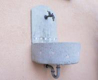 Kleiner konkreter Brunnen Stockbild