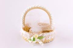 Kleiner Korb der Hochzeits-Dekoration Stockbild