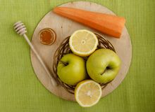 Kleiner Korb mit Früchten Äpfel, Zitronen, Karotte auf dem Tisch Lizenzfreie Stockfotografie