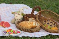 Kleiner Kuchen auf einem Picknick Stockbild