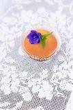Kleiner Kuchen auf einer weißen Spitzetischdecke Stockbilder