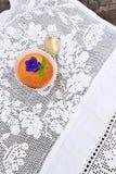 Kleiner Kuchen auf einer weißen Spitzetischdecke Lizenzfreies Stockbild