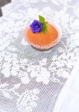 Kleiner Kuchen auf einer weißen Spitzetischdecke Stockfoto