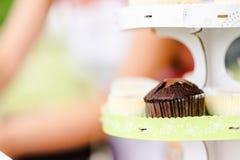 Kleiner Kuchen auf grüner Reihe Lizenzfreies Stockfoto