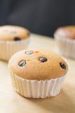 Kleiner Kuchen auf hölzernem und schwarzem Hintergrund Lizenzfreie Stockfotos