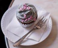 Kleiner Kuchen auf Platte im Kaffee Lizenzfreies Stockbild