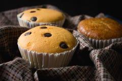 Kleiner Kuchen auf Serviettenhintergrund Stockfoto