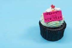 kleiner Kuchen des neuen Jahres 2017 Hühnerüber blauem Hintergrund Stockfotografie