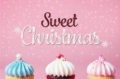Kleiner Kuchen drei auf rosa Hintergrund für süßes Weihnachtsfest lizenzfreie abbildung