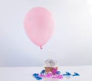 Kleiner Kuchen mit Ballon auf weißem Hintergrund lizenzfreie stockfotografie