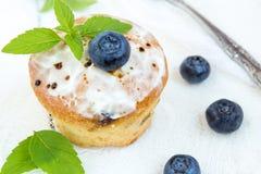 Kleiner Kuchen mit Blaubeeren Stockfotografie