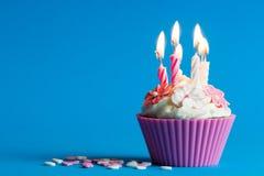 Kleiner Kuchen mit brennenden Kerzen Stockfoto