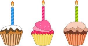 Kleiner Kuchen mit brennender Kerze Stockbilder