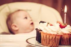 Kleiner Kuchen mit brennender Kerze und Funken Lizenzfreies Stockfoto