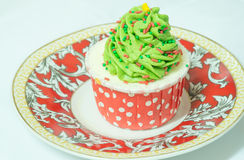 Kleiner Kuchen mit Buttercremezuckerglasur auf Kreisteller Stockfotos