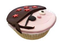 Kleiner Kuchen mit dem Piratengesicht getrennt über Weiß lizenzfreie stockfotografie