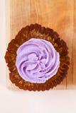 Kleiner Kuchen mit der Lavendeloberseite ausgepackt Stockbilder