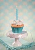 Kleiner Kuchen mit einer Geburtstagskerze Lizenzfreie Stockbilder