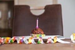 Kleiner Kuchen mit einer Geburtstagskerze auf Platte Stockbilder