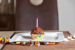 Kleiner Kuchen mit einer Geburtstagskerze auf Platte Stockfotos