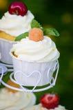 Kleiner Kuchen mit einer gelben Himbeere Stockfotos
