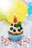 Kleiner Kuchen mit einer Zahlacht Kerze Lizenzfreies Stockfoto
