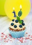 Kleiner Kuchen mit einer Zahlzehn Kerze Lizenzfreie Stockfotos