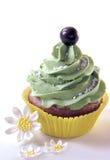 Kleiner Kuchen mit Gänseblümchen Stockfotos