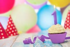 Kleiner Kuchen mit Geburtstagskerze Stockfotos
