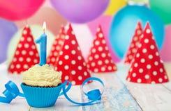 Kleiner Kuchen mit Geburtstagskerze Lizenzfreie Stockfotografie