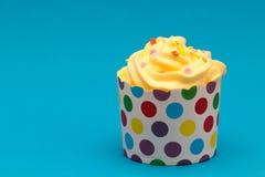 Kleiner Kuchen mit gelber Sahne Lizenzfreie Stockfotos