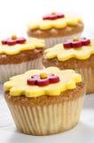 Kleiner Kuchen mit gelber Vereisungblume Lizenzfreie Stockbilder