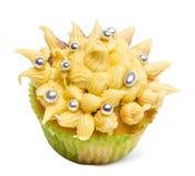 Kleiner Kuchen mit gelber Zuckerglasur und Dekoration gegen weißen Hintergrund Stockfotografie