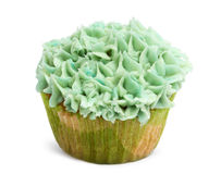 Kleiner Kuchen mit grüner Zuckerglasur gegen weißen Hintergrund Stockbilder