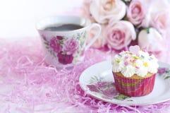 Kleiner Kuchen mit Kaffee Stockbild