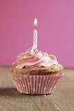 Kleiner Kuchen mit Kerze Stockfotos