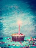 Kleiner Kuchen mit Kerze auf dem Retro- Türkishintergrund, getont Lizenzfreie Stockfotos