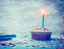 Kleiner Kuchen mit Kerze auf dem Retro- Türkishintergrund, getont Lizenzfreie Stockfotografie